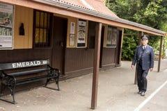 墨尔本,澳大利亚- 2009年1月7日:等待蒸汽火车的到来的在喘气的比利平台的站长 库存照片