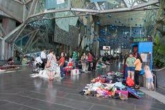 墨尔本,澳大利亚- 2017年12月16日:跳蚤市场在伊恩陶瓷工中心,街市的墨尔本 免版税库存照片
