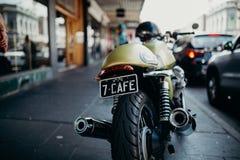 墨尔本,澳大利亚- 2017年3月12日:在墨尔本,澳大利亚炫耀在街道的边路停放的习惯摩托车 免版税图库摄影