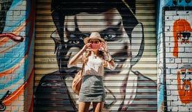 墨尔本,澳大利亚- 2017年3月12日:拍街道画墙壁的照片游人,有一张街道画的在背景中,在墨尔本, A 图库摄影