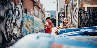 墨尔本,澳大利亚- 2017年3月12日:拍街道画墙壁的照片青年人在墨尔本,澳大利亚 库存图片