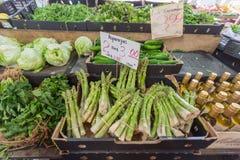 墨尔本,澳大利亚- 2015年1月12日:新鲜的水果和蔬菜女王维多利亚市场 它是一个主要地标和最大 免版税库存照片