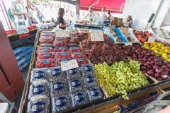 墨尔本,澳大利亚- 2015年1月12日:新鲜的水果和蔬菜女王维多利亚市场 库存照片