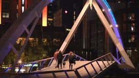 墨尔本,维多利亚/澳大利亚- 2018年10月23日:埃文步行者桥梁墨尔本夜生活近景 股票视频