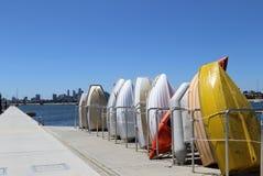 墨尔本从圣Kilda码头的市视图有五颜六色的小船的 图库摄影