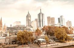 墨尔本- 2015年11月20日:在云彩的美好的城市地平线 免版税库存图片