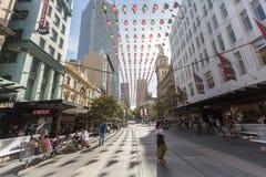 墨尔本-2014年12月29日:未认出的人民购物在伯克街- 2014年12月29日上的X'mas在墨尔本澳大利亚 库存照片