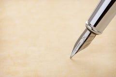 墨水笔和羊皮纸 免版税图库摄影