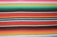 墨西哥与条纹的雨披墨西哥墨西哥传统cinco de马约角地毯雨披节日背景 库存图片