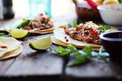 墨西哥与Pico de加洛Grilled的鸡和鲕梨的食物自创玉米粉薄烙饼炸玉米饼 免版税库存照片