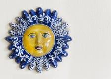 墨西哥人塔拉韦拉陶瓷太阳面对与文本的室 免版税图库摄影