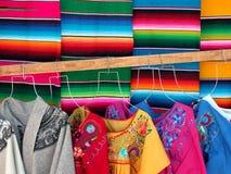 墨西哥人wooven sarapes和礼服 免版税库存图片