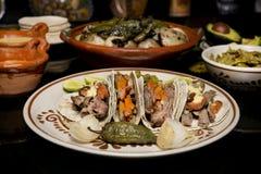 墨西哥传统牛肉炸玉米饼晚餐 免版税库存图片
