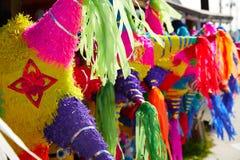 墨西哥党彩饰陶罐组织五颜六色的纸 免版税库存照片