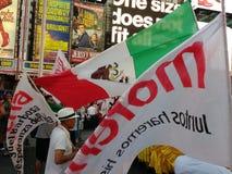墨西哥国旗在时代广场,莫雷纳Nueva约克, NYC, NY,美国 免版税库存图片