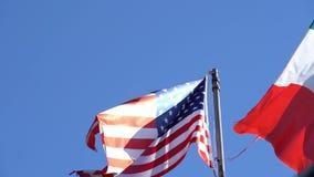 墨西哥国旗在美国国旗旁边飞行 影视素材