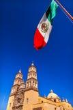 墨西哥国旗Parroquia大教堂德洛丽丝Hidalalgo墨西哥 库存图片