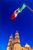 墨西哥国旗Parroquia大教堂德洛丽丝Hidalalgo墨西哥 图库摄影