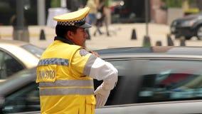 墨西哥城,墨西哥大约2014年6月:全景警察指挥交通 影视素材