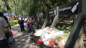 墨西哥城,墨西哥大约2014年7月:大型垃圾桶充分的垃圾,人们通过并且投下他们的垃圾 股票录像