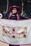 墨西哥城,墨西哥;2015年11月1日:有ayotzinapa旗子的一名妇女在亡灵节celebrati 免版税库存图片