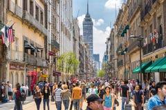 墨西哥城,墨西哥-人群在市中心 免版税图库摄影