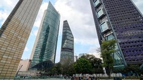 墨西哥城,墨西哥-双十国庆, 2015年:Avenida Reforma timelapse的摩天大楼 股票录像