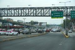 墨西哥城,墨西哥- 2018年3月18日-墨西哥大都会首都充塞了交通 免版税库存照片