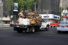 墨西哥城,墨西哥- 2015年11月27日:废物/回收由路的卡车运载的废纸板在墨西哥城 库存照片