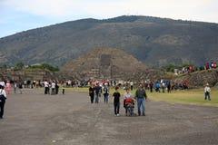 墨西哥城,墨西哥- 2015年11月22日:月亮金字塔的看法在特奥蒂瓦坎的在墨西哥城 库存图片