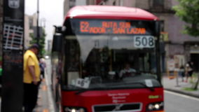 墨西哥城,墨西哥6月2014年:公共汽车站被弄脏的图象,公共汽车到达并且打开门 影视素材