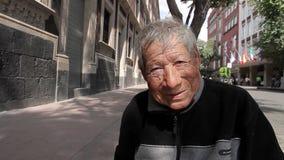 墨西哥城,墨西哥8月2014年:关闭 坐在边路的老人 影视素材