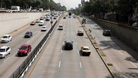 墨西哥城,墨西哥6月2014年:汽车通过大道Circuito内部 影视素材