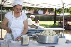 墨西哥妇女做玉米粉薄烙饼 免版税库存照片