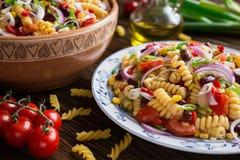 墨西哥意大利面制色拉用红豆、玉米、蕃茄、葱和胡椒 免版税库存照片