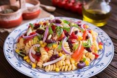 墨西哥意大利面制色拉用红豆、玉米、蕃茄、葱和胡椒 库存图片