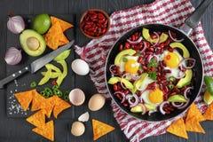 墨西哥早餐-在长柄浅锅的煎蛋 图库摄影