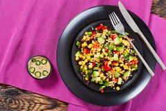 墨西哥沙拉用鲕梨,黑豆 库存图片