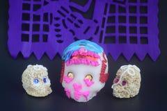 墨西哥法坛的糖和白苋传统头骨在死的庆祝的天 免版税库存照片