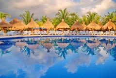 墨西哥游泳池边小屋 库存图片