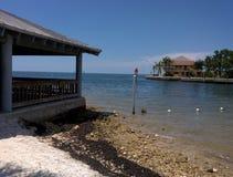 墨西哥湾海岸的佛罗里达海滩前的亭子 免版税库存照片