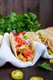 墨西哥炸玉米饼用肉,玉米,蕃茄,甜椒,在麦子玉米粉薄烙饼的红洋葱 免版税库存图片