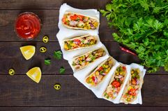 墨西哥炸玉米饼用肉,玉米,蕃茄,甜椒,在麦子玉米粉薄烙饼的红洋葱 免版税图库摄影