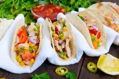 墨西哥炸玉米饼用肉,玉米,蕃茄,甜椒,在麦子玉米粉薄烙饼的红洋葱 库存照片