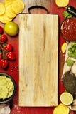 墨西哥烤干酪辣味玉米片切削用自创新鲜的鳄梨调味酱捣碎的鳄梨酱调味汁和婆罗双树 图库摄影
