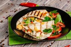 墨西哥烹调的概念 与鸡、玉米、豆沙、蕃茄、红洋葱和辣椒的墨西哥炸玉米饼 库存图片