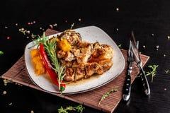 墨西哥烹调的概念 烤猪肉牛排用辣调味汁、红辣椒辣调味汁、桃子和虾 美丽的服务 库存图片