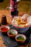 墨西哥烹调的概念 被烘烤的辣土豆用胡椒,用另外调味汁、辣调味汁、鳄梨调味酱捣碎的鳄梨酱、辣椒和虾 免版税库存图片