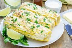墨西哥玉米用黄油,蛋黄酱,巴马干酪,辣椒,香菜,石灰 免版税库存图片