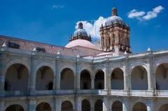 墨西哥瓦哈卡圣多明哥修道院庭院柱廊galler 图库摄影